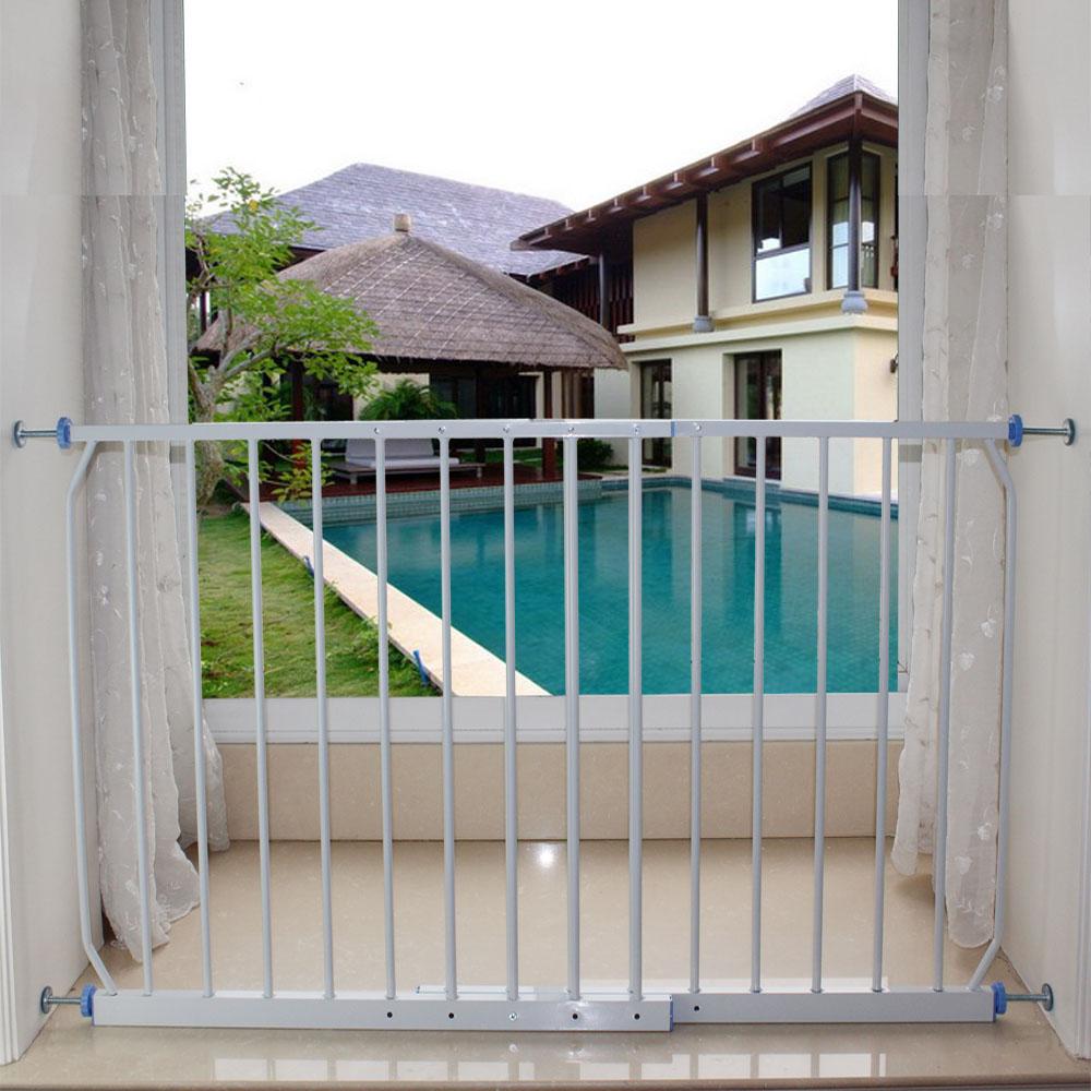 防护栏表面一般有电镀锌、热镀锌、浸塑几种处理方式,银白色、乳白色或绿色居多,美格网窗户安全防护栏样式美观、造价适中,可以广泛推广到全国各地建材市场。 窗户安全防护栏其他样式还有钢管焊接的锌钢护栏,也是护栏网厂经常生产的产品,可以根据客户需要的规格定做,价格优惠,保质保量!